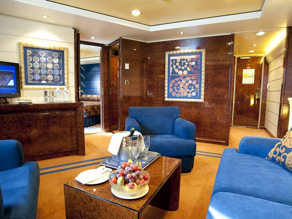 Yacht Club De Luxe Suite1
